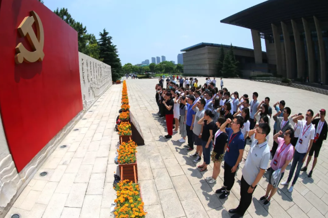 2018年5月15日,来自四面八方的游客在浙江省嘉兴市南湖湖心岛瞻仰红船,参观南湖革命纪念馆。