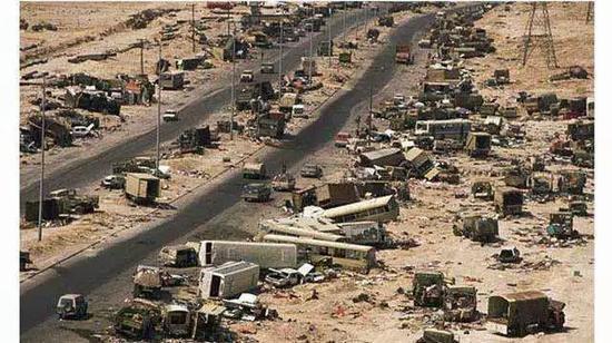 海湾战争中死亡公路给人的震撼,那是相当大