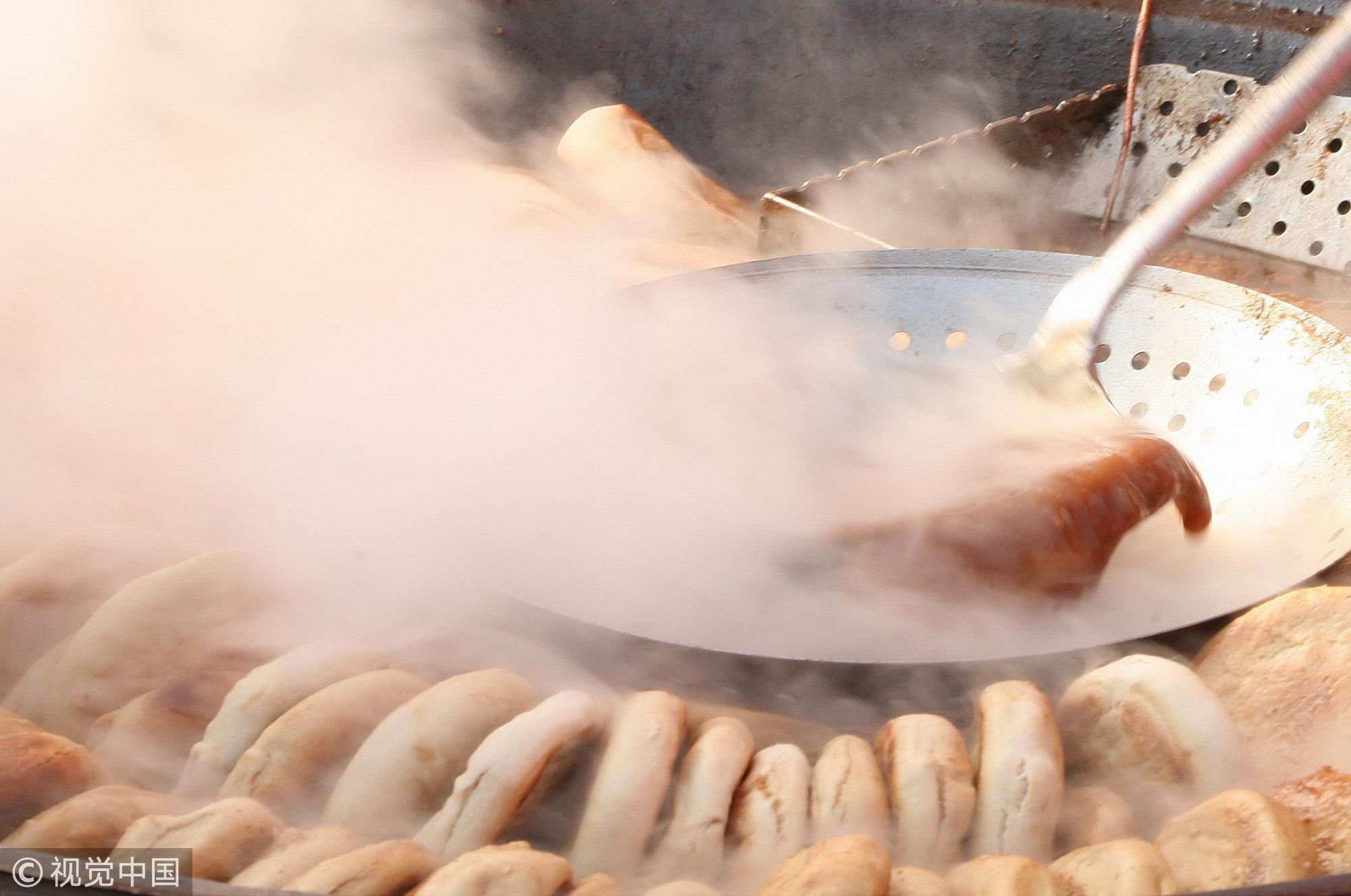 火烧,如今已经成为卤煮里必不可少的食材了