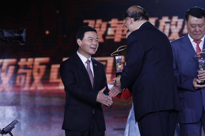 广州汽车工业集团有限公司董事长曾庆洪(左)