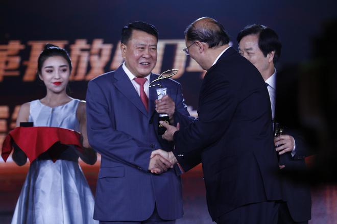 北京汽车集团有限公司董事长徐和谊(左)
