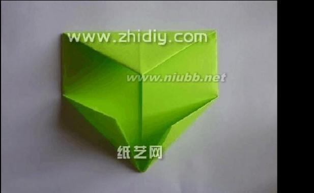 5.接着再将底角也向上翻折,在一些特殊的千纸鹤制作中,也使用的是类似或者同样的方法。 几分钟折纸网 几分钟手工折纸恐龙教程 6.这个时候将底部的折叠也展开。(www.61k.com]接着将右上角的三角形从里面向下拉开,形成一个较大的三角形结构,这样的拉折在折纸大全