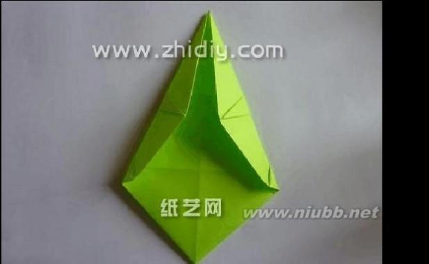 23.再将折纸模型的下部两侧也分别按照折痕向中间进行折叠,这样形成的菱形结构,看起来更像是在做千纸鹤了。 几分钟折纸网 几分钟手工折纸恐龙教程 24.折叠完成之后压展平整。[www.61k.com]然后再将左右两个部分沿着中间的垂直折痕进行对