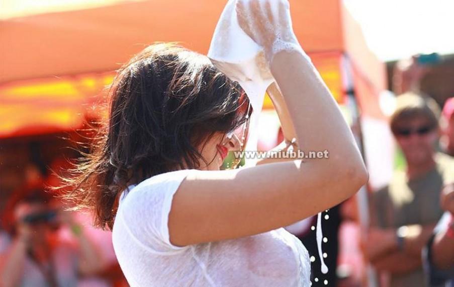 法国车模AnnaPolina助威达喀尔拉力赛为车手全裸洗车