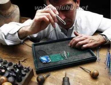 珠宝匠的底座 (揭秘)珠宝工匠背后的精湛技艺!